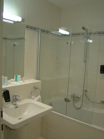 Austria Trend Hotel Astoria Wien : Banheiro da Suite no Mezanino