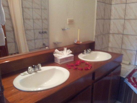 Crocodile Bay Resort: Corazón con pétalos de rosas.