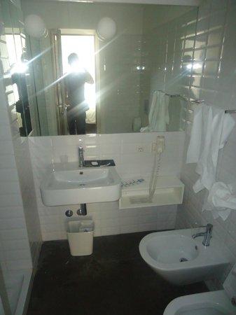 Elite Hotel: Salle de bains de la 203