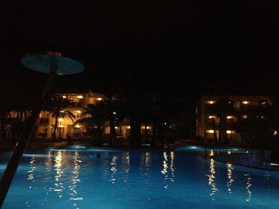 PrimaSol Cala d'Or Gardens: Pool in the night.