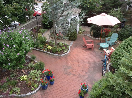 Secret Garden Inn: It really has a garden!
