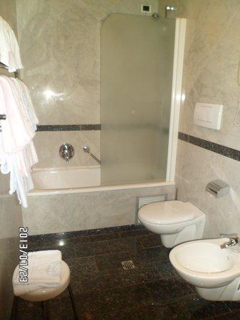 Rivoli Boutique Hotel: Banheiro com pequenas amenidades para banho
