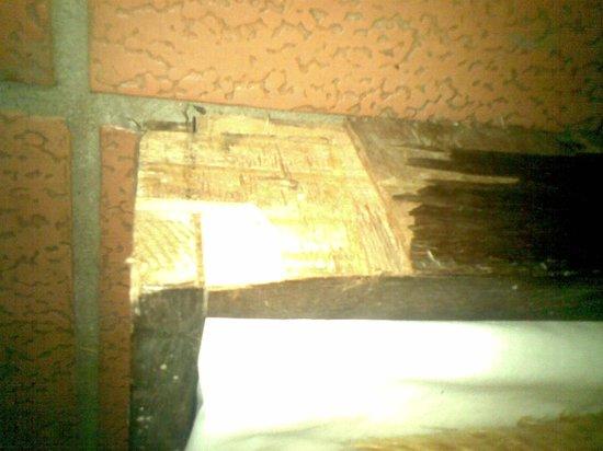 Hotel Fazenda Pinus Parque: cama auxiliar sem condições de uso