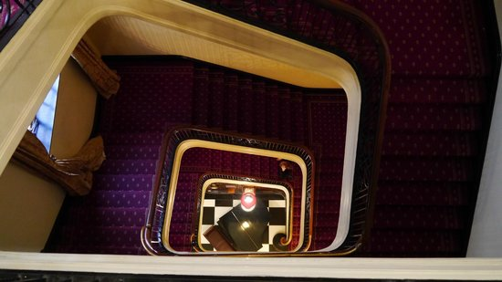 Wellesley Boutique Hotel: Cool view down the stairs to the piano