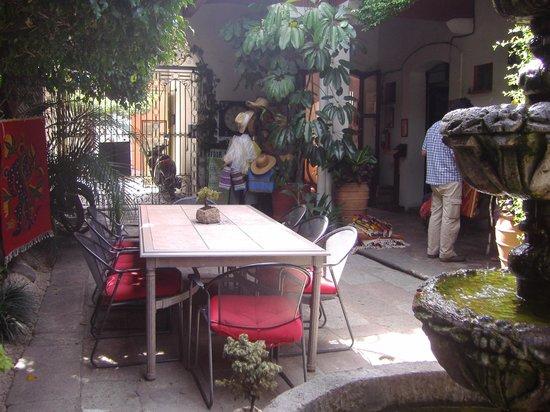 Hotel Las Mariposas: Mesa amplia y comoda.