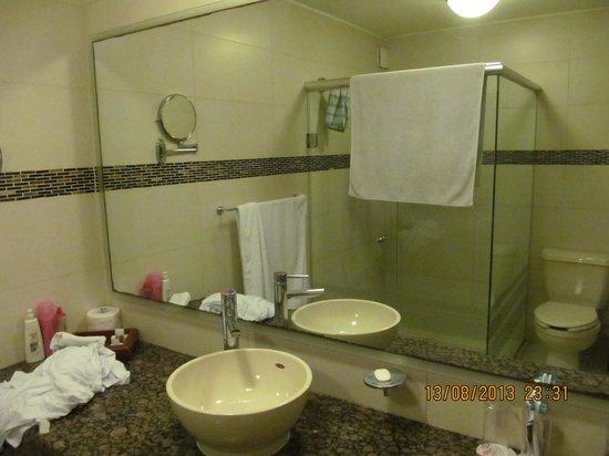 Grand City Hotel: Baño amplio y limpio
