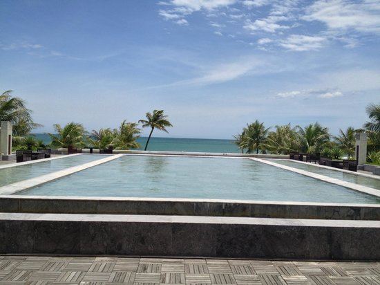 Ana Mandara Hue Beach Resort: Water feature with tranquil vista adjacent to Reception