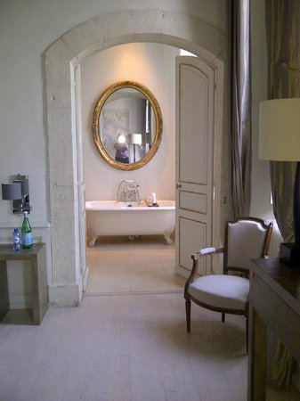 Chateau de Massillan: the beautiful bathroom