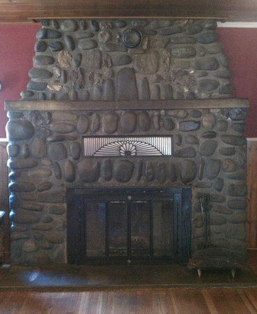 IdleYld Lodge: Big Beautiful Fireplace
