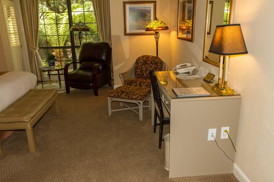 The Inn at Saratoga: Work desk in king bed room