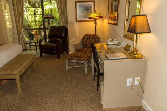 ذي إن آت ساراتوجا: Work desk in king bed room