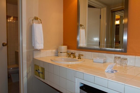 The Inn at Saratoga: Bathroom area in king bed room