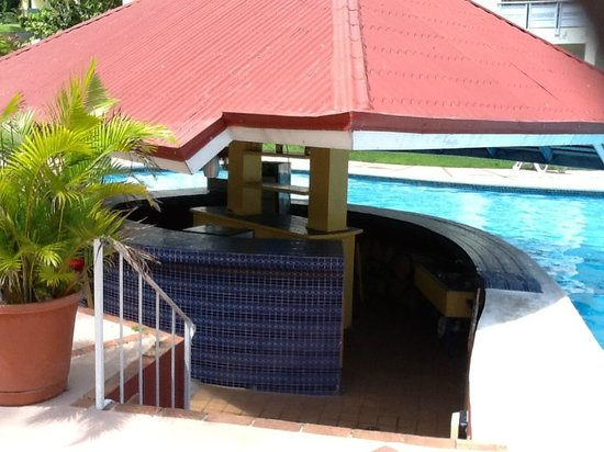 Mystic Ridge Resort: Empty pool bar