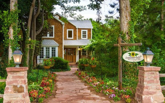 Sunflower Hill, A Luxury Inn: Path to the Garden Cottage building (check-in)