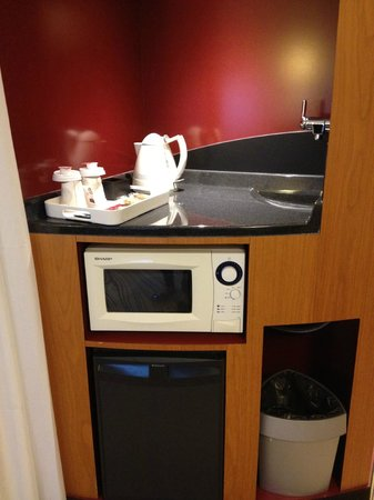 Novotel Suites Paris Velizy : microwave provided with complimentary tea, coffee & hot chocolate