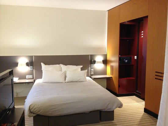 Novotel Suites Paris Velizy : bed with bathroom to the right