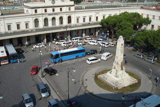 Plaza Hotel: Vista hacia la estación de tren al frente del hotel
