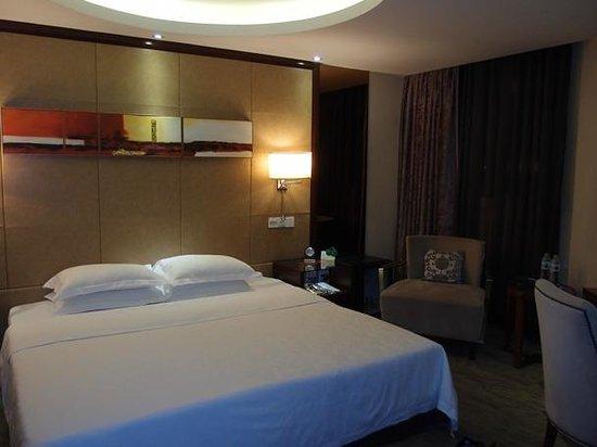 Vienna Hotel Changsha Shidai Dijing: 寝室、PCが設置されています。