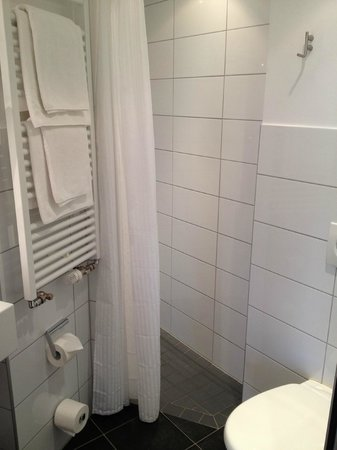 Hotel Aspethera : bathroom with the small shower area