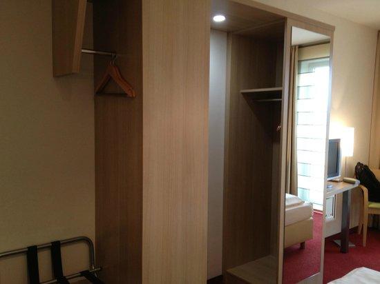 Hotel Aspethera : wardrobe space
