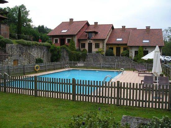 Hotel Rural La Lluriga- piscina y casas alojamiento
