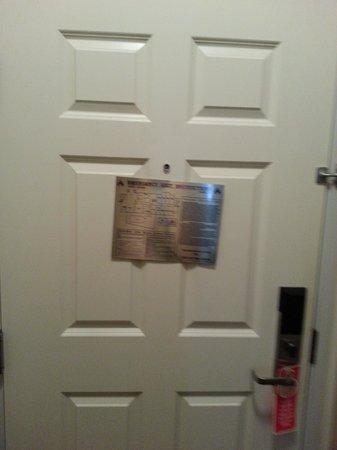 La Quinta Inn & Suites Paris: Crooked door sticker