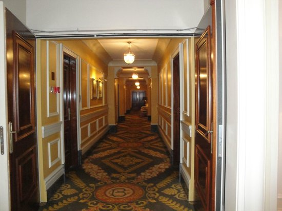 Hotel Grande Bretagne, A Luxury Collection Hotel: Hotel Corridors