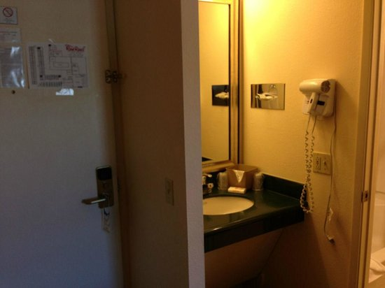 Red Roof Inn Arcata : Sink and door area