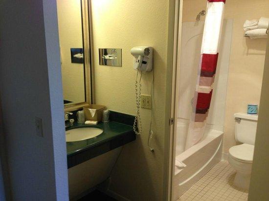 Red Roof Inn: Bathroom/sink area