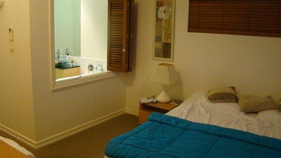 Bellevue at Trinity Beach: спальня с видом на ванную