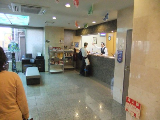 Omura Central Hotel: フロントまわり ミニショップがある