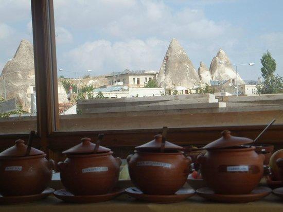 Walnut House : Sala colazioni panoramica con buffet alla turca