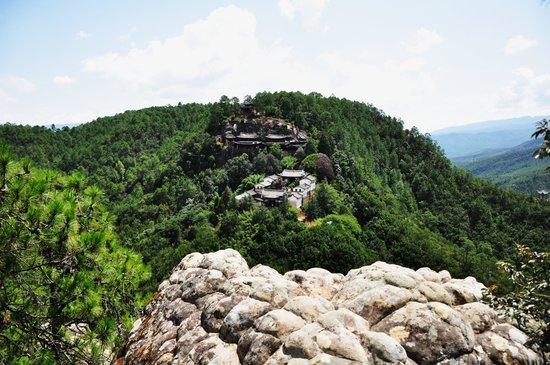 Jianchuan County, Kina: Shizhongsi Temple in a spectacular scenery.