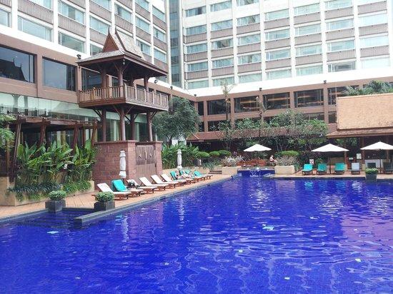 Ramada Plaza Bangkok Menam Riverside: Swimmingpool