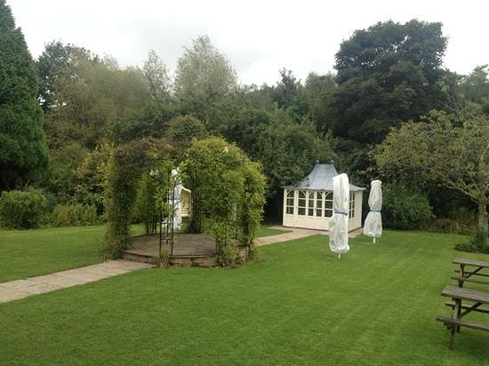 Fox and Hounds Country Hotel: Gorgeous gardens