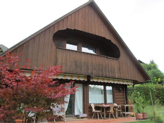 Bajtica Guesthouse: Vista dall'esterno, con patio per la colazione!
