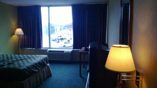 Americas Best Value Inn: Huge Windows!