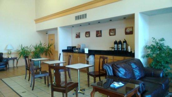 Americas Best Value Inn: Breakfast Area - gets crowded
