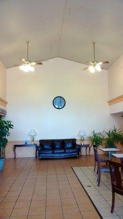 Americas Best Value Inn: Lobby area