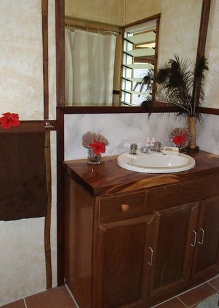 Naveria Heights Lodge: Bathroom (Queen Size Ocean View Room)