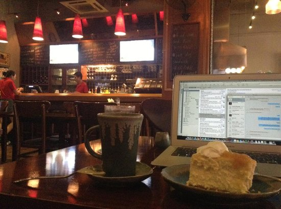 The Village Bar & Grill: Free wifi and sweet desserts