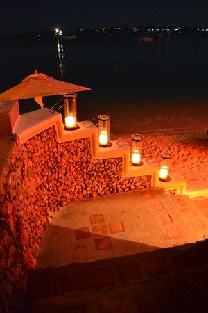 Zazen Boutique Resort & Spa: Beach at night
