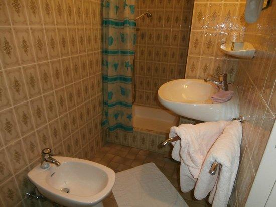Logis Domaine Langmatt: vue ensemble salle de bain