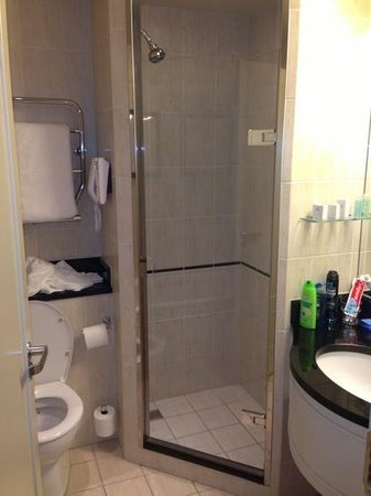 Thorpe Park Hotel & Spa: shower area