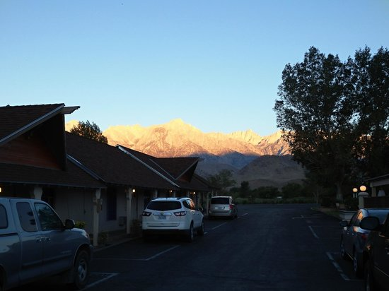Best Western Plus Frontier Motel: View from the motel to the Sierra Nevada at sunrise