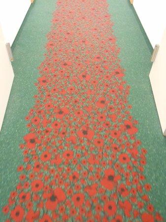 Ibis Amsterdam Centre: 部屋まで行くカーペットもかわいい