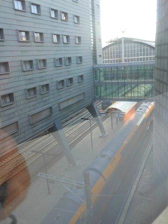 Ibis Amsterdam Centre: 部屋の下には電車がみえる!(^^)!電車好きにはおススメ