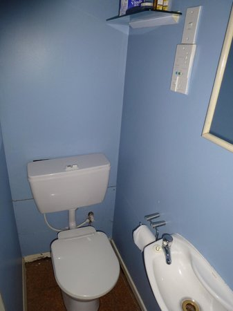 Villa Apartments & Lodge: Very small sink in very small en suite