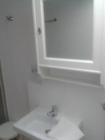 Hotel Candia: Spiegel im Badezimmer