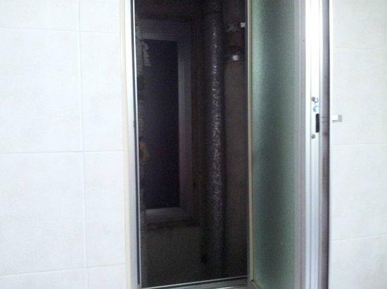Bathroom Window Jammed bathroom door jammed - picture of the plaza & plaza regency hotels